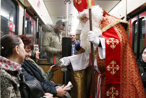 Egal ob große oder kleine Nikolaus-Fans, für alle hatte Sebastian Geßmann dank Helferin Roxanne Dannowski Schoko-Nikoläuse und Info-Zettel dabei. (Foto: Nicole Cronauge | Bistum Essen)