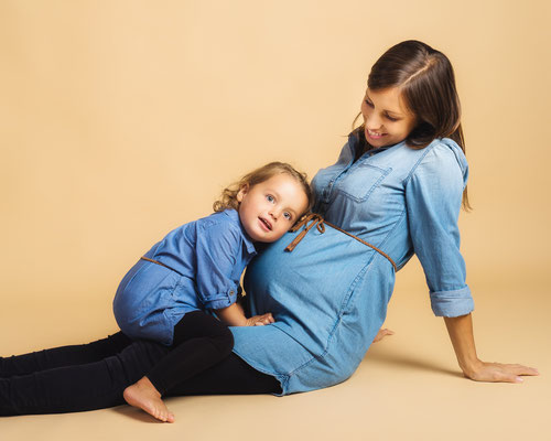 Babybauch Fotoshooting - Fotostudio in Wien. Werdende Schwester