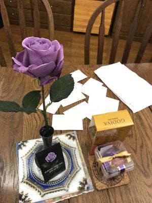 Violinの友達、めめからのバラと、生徒からのゴディバ。お客様に答えていただいたアンケート用紙と。