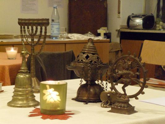 Symbole von fünf Weltreligionen