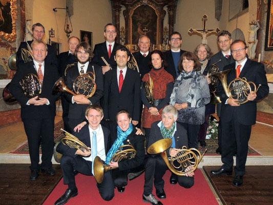 Horn.Töne 13 Hornisten, sowie Pauke und Frau Margit Fussi an der Orgel