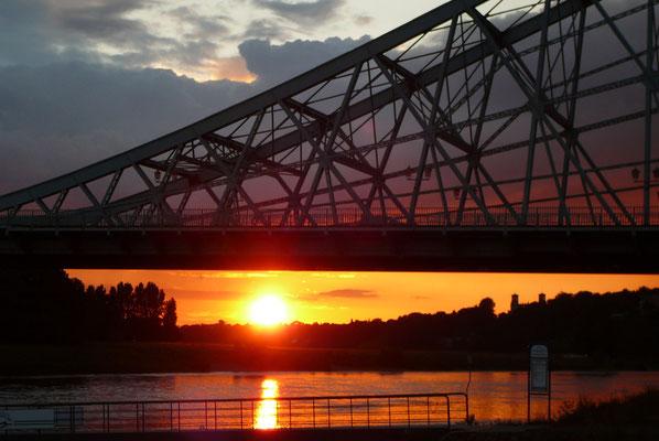 Blaues Wunder beim Sonnenuntergang