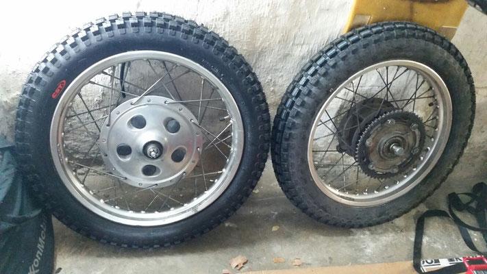 Neue Reifen mit schönem, grobstolligem Profil