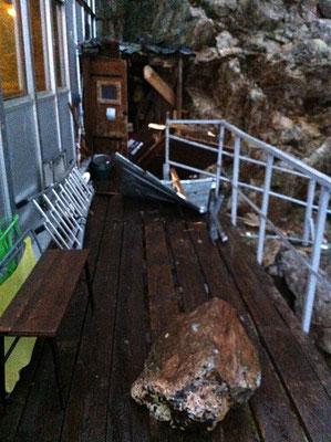 La cabane du matériel, la terrasse d'accès aux toilettes et un des blocs.