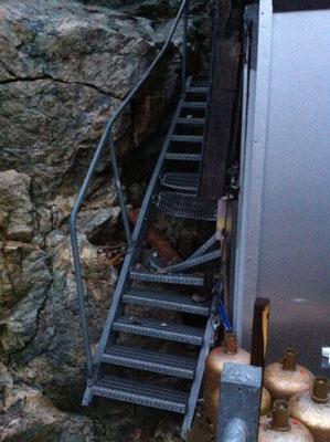 Un des blocs qui a impacté le mur de la cuissine a poursuivi sa course sur l'escalier de secours derrière le refuge