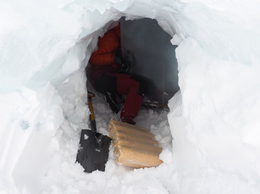 Et au fond du tunnel il faut pouvoir ouvrir la porte du local pour en extraire les paquets de bûches compressées....