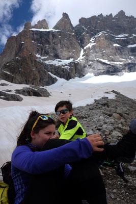 La remontée des enfants. Vers 2700m on se prépare à la neige sur la morraine.