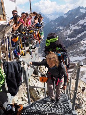 L'équipe de la Tournée des refuges applaudie à leur arrivée au Promontoire, après une étape depuis le refuge du Pic du Mas de la Grave en passant par les Enfetchores en versant Nord de la Meije !