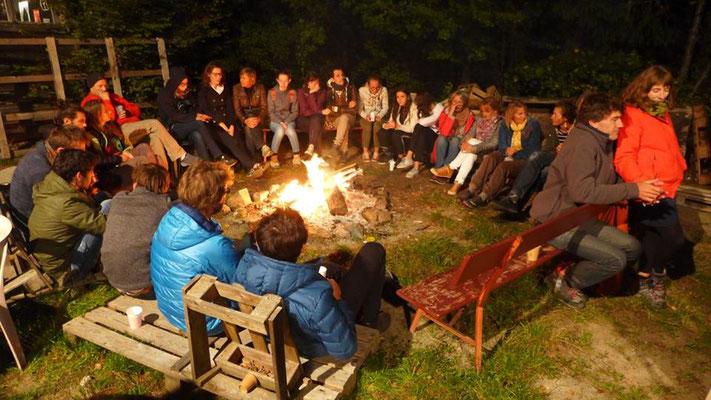 Les plus frileux se sont retrouvés autour du feu pour une veillée conviviale ! – à La Gelinotte Belledonne. Photo Vincent Neirinck.