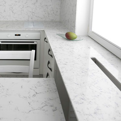 Kvarcinio akmens silestone stalas ir palangė virtuvėje su išpjova šiltam orui išeiti