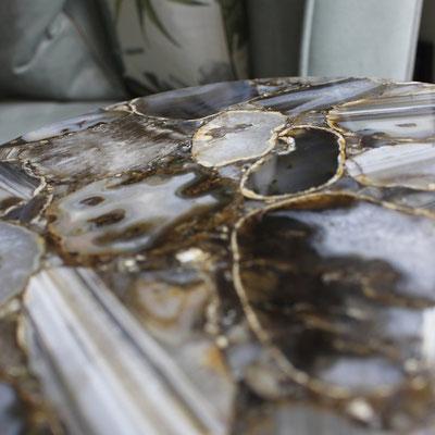 Prabangus stalas iš pusbrangio akmens