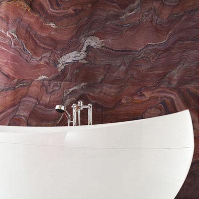 Vonia iš akrilinio akmens prie raudono marmuro sienos