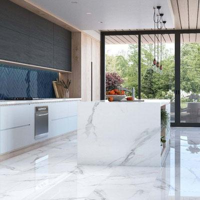 Svetainės grindys iš balto marmuro su pilkomis gyslomis