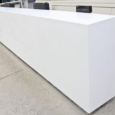 Bibliotekos registratūra iš balto akrilinio akmens / gamintojas - Gforma