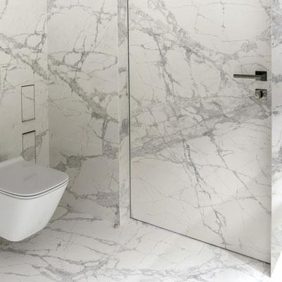 Vonios kambario sienos iš balto keraminio akmens su gyslomis