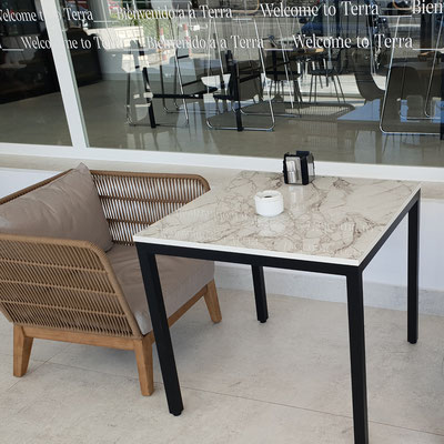 Keturkampis kavinės stalas iš sensa granito