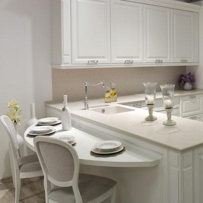 Akrilinio akmens stalviršis virtuvėje su įmontuotomis tos pačios medžiagos plautuvėmis sujungiamas be žymių ir tarpų