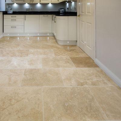 Travertino plytelių grindys virtuvėje