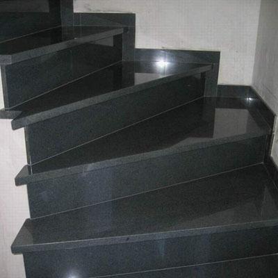 Juodo granito laiptai