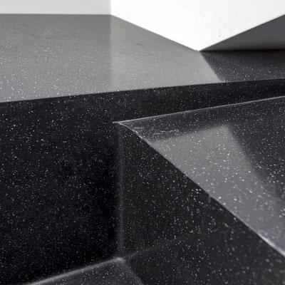 Juodo akrilinio akmens palangė virtuvėje sujungta su stalviršiu ir plautuve / gamintojas - Gforma