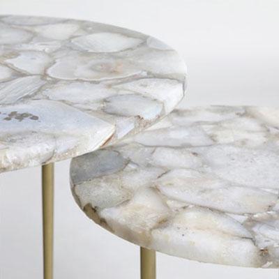 Apvalūs agato staleliai su metalinėmis bronzinėmis kojomis