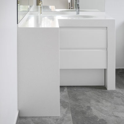 Akrilinio akmens vonios spintelė su įmontuotais praustuvais / gamintojas: Gforma