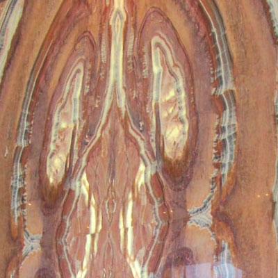 Oranžinio onikso siena su raštais ir gyslomis