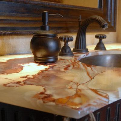 Praustuvo stalviršis iš onikso vonioje