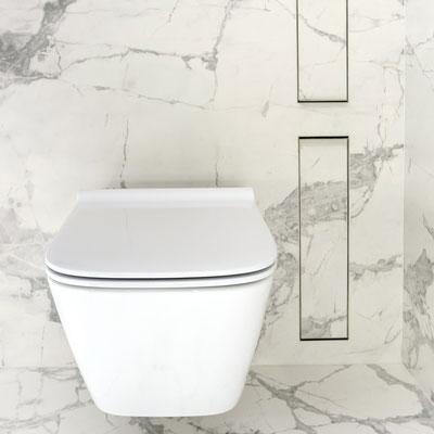 Balto keraminio akmens siena vonioje