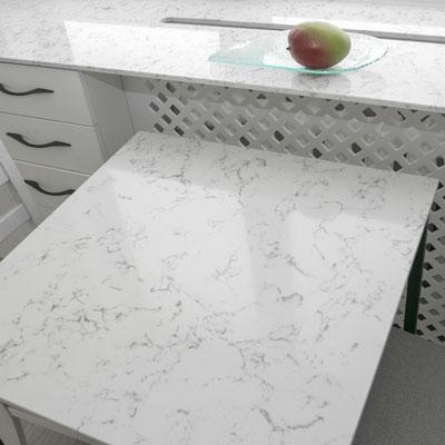 Kvarcinio akmens palangė virtuvėje ir keturkampis stalas