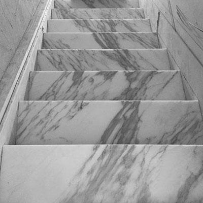 Laiptai iš balto marmuro su pilkomis gyslomis