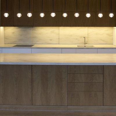 Iš akrilinio akmens pagaminti virtuvės baldų stalviršiai ir sienelę imituojančios slankiojančios spintelių durelės / gamintojas - Gforma