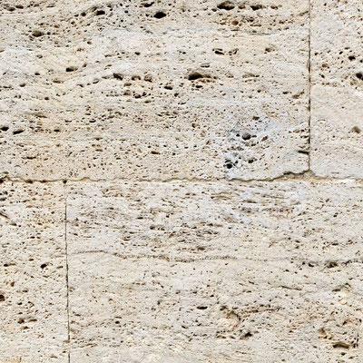 Namo siena iš travertino
