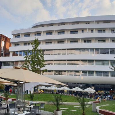 """Viešbučio """"Hilton"""" fasadas Vroclave pagamintas iš akrilinio akmens"""