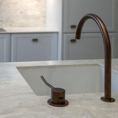 Virtuvės sala iš akrilinio akmens su įmontuota keramine plautuve / gamintojas: Gforma