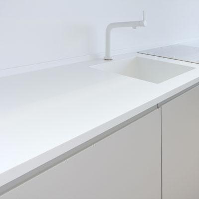 Akrilinio akmens virtuvės stalviršis su plautuve ir borteliu prie sienos / gamintojas - Gforma