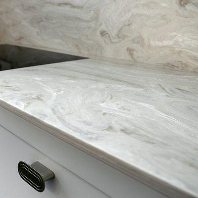 Virtuvės stalviršis ir sienelė iš akrilinio akmens sujungiami be tarpų ir žymių / gamintojas: Gforma