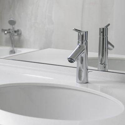 Vonios spintelės stalviršis iš akrilinio akmens su žemu borteliu ir įmontuotu keraminiu praustuvu / gamintojas - Gforma