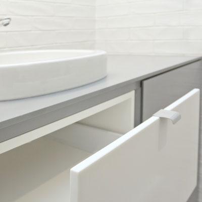 Skalbyklės spintelė su akrilinio akmens stalviršiu ir stalčiais / gamintojas: Gforma