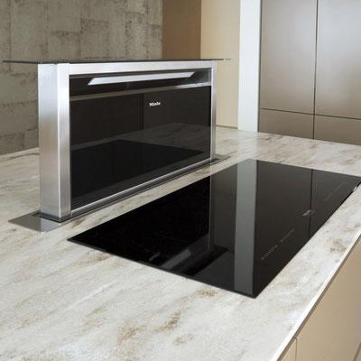 Virtuvės sala iš akrilinio akmens su įmontuota kaitlente ir gartraukiu / gamintojas: Gforma