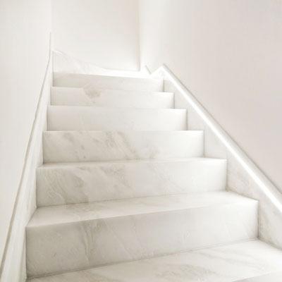 Balti marmuriniai laiptai