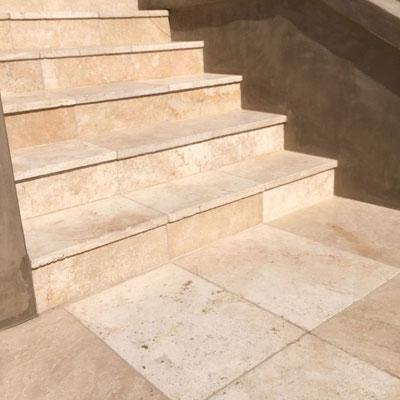 Travertino plytelėmis dengti laiptai