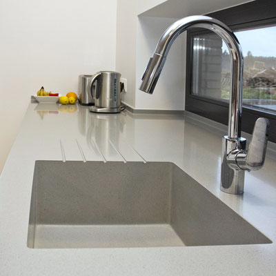 Vientisas virtuvės stalviršis-palangė iš akrilinio akmens su įmontuota plautuve / gamintojas - Gforma