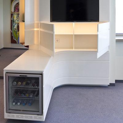 Akrilinio akmens TV baldas ir baras su stalviršiu su viduje įmontuotu LED apšvietimu / gamintojas: Gforma