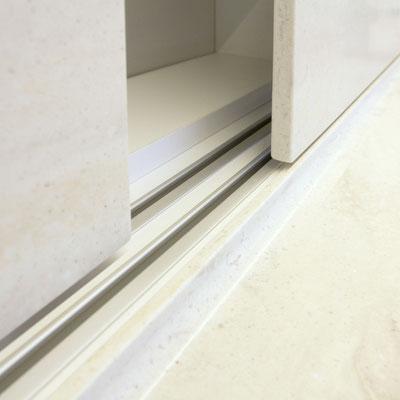 Akrilinio akmens durelės įmontuotos virtuvėje prie stalviršio vietoje sienelės / gamintojas: Gforma
