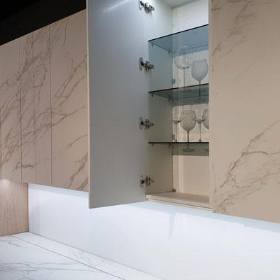 Virtuvės spintelės su keraminio akmens durelėmis