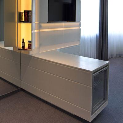Minibaras viešbutyje įmontuotas į baldą iš akrilinio akmens / gamintojas: Gforma