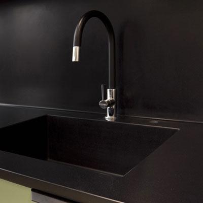 Juodo akrilinio akmens stalviršis su sienele ir tos pačios medžiagos plautuve / gamintojas: Gforma