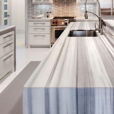 Virtuvės sala iš neįprasto juostuoto marmuro