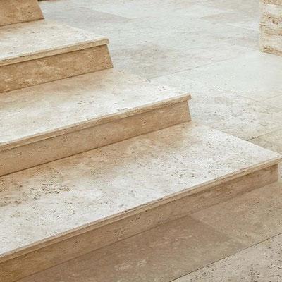 Laiptai iš travertino akmens